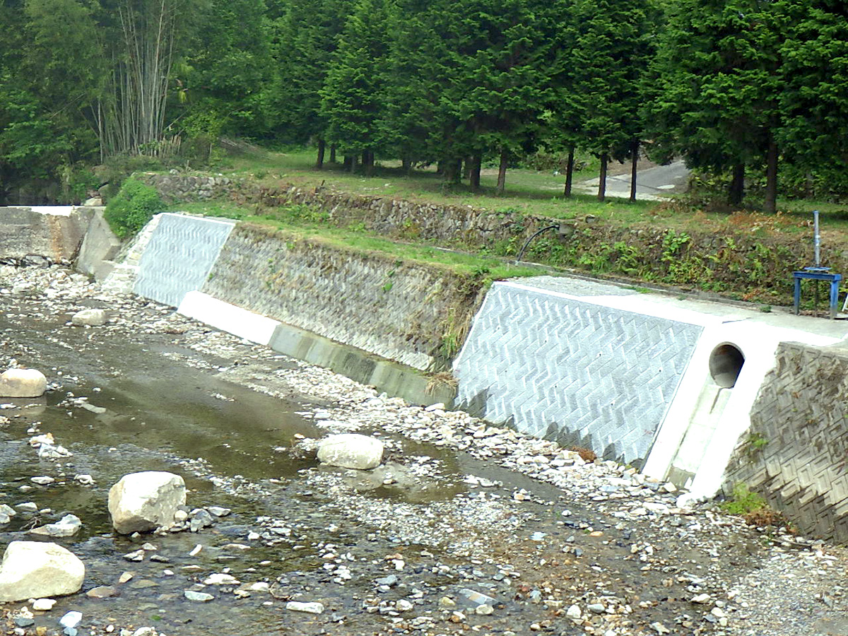 釜戸町地内河川災害復旧工事着工後